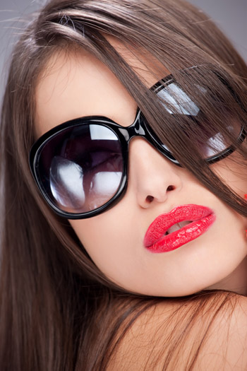 woman with big sun glasses